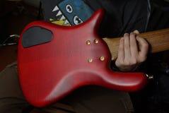Chitarra rossa a disposizione Immagine Stock