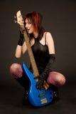 Chitarra sensuale della holding della ragazza Fotografie Stock
