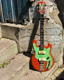 Chitarra sovietica dell'annata alla parete Immagini Stock Libere da Diritti