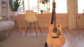 Chitarra in un appartamento moderno archivi video