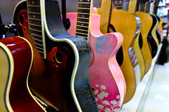 Chitarre che appendono sulla parete dello studio di musica Immagini Stock