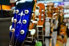 Chitarre che appendono sulla parete dello studio di musica Fotografia Stock Libera da Diritti