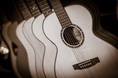 Chitarre classiche acustiche con le corde in negozio Immagine Stock Libera da Diritti