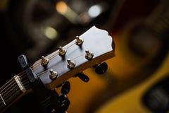 Chitarre classiche acustiche con le corde in negozio Fotografia Stock