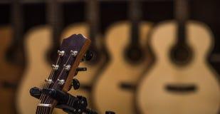 Chitarre classiche acustiche con le corde in negozio Immagini Stock