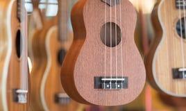 Chitarre delle ukulele per vendita ad un mercato immagine stock libera da diritti