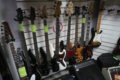 Chitarre elettriche in un deposito dello strumento musicale Immagini Stock