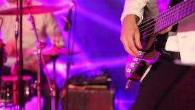 Chitarre nelle live action ad un concerto, batterista nei precedenti stock footage