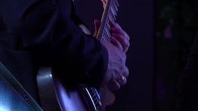 Chitarrista al concerto giocato sulla chitarra elettrica scura della ciliegia archivi video