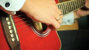 Chitarrista che gioca sulla chitarra acustica della sei-corda video d archivio