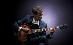 Chitarrista che gioca sullo strumento con l'empatia fotografie stock