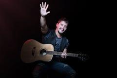 Chitarrista con la sua mano sollevata Fotografia Stock Libera da Diritti