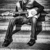 Chitarrista con una chitarra in bianco e nero Fotografia Stock