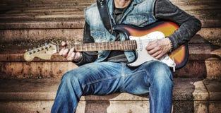 Chitarrista con una chitarra elettrica variopinta nel hdr Fotografia Stock
