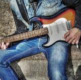 Chitarrista con una chitarra variopinta nel hdr Fotografia Stock