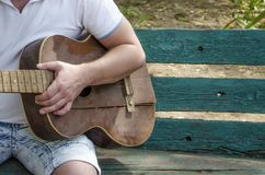 Chitarrista e retro chitarra Gioco della chitarra immagine stock libera da diritti