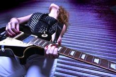 Chitarrista femminile della roccia Fotografia Stock
