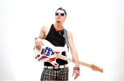 Chitarrista fresco su fondo bianco immagini stock