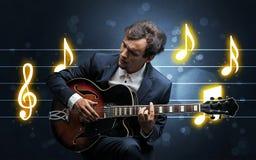 Chitarrista giovane con lo strato di musica immagine stock