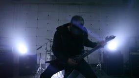 Chitarrista nella ripetizione archivi video