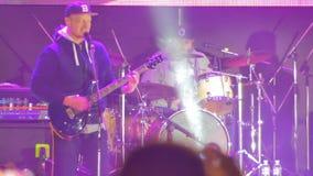 Chitarrista Playing sulla fase ad un concerto rock video d archivio