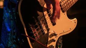 Chitarrista Plays Electric Guitar del primo piano nella notte Antivari ai flash archivi video
