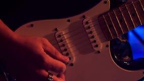 Chitarrista Plays Electric Guitar del primo piano nella notte Antivari ai flash video d archivio
