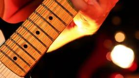 Chitarrista Plays Electric Guitar in night-club video d archivio