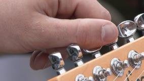 Chitarrista professionale Tuning Electric Guitar allo studio Fine in su stock footage