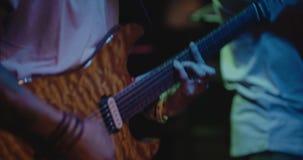 Chitarrista in scena, fuoco e sfuocatura variopinti e molli video d archivio
