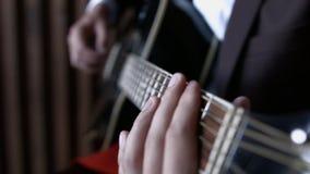 Chitarrista Tuning Guitar di HD Chiuda su della tastiera stock footage