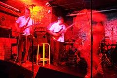 Chitarristi in locale notturno Immagine Stock