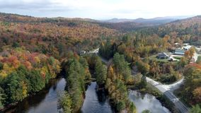 Chittenden, Vermont - 20181009 - Vlieg over Meer naar Kleine Stad in Daling van Vermont stock videobeelden