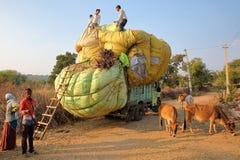 CHITTORGARH, RAGIASTAN, INDIA - 13 DICEMBRE 2017: Agricoltori che caricano lo stover del cereale su un camion nella campagna into Fotografie Stock