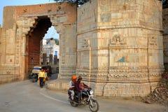 CHITTORGARH, RAGIASTAN, INDIA - 14 DICEMBRE 2017: Ram Pol Gate che conduce al Garh forte di Chittorgarh fotografie stock libere da diritti