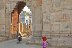 CHITTORGARH, RAJASTHÁN, LA INDIA - 14 DE DICIEMBRE DE 2017: Ram Pol Gate que lleva al fuerte Garh de Chittorgarh fotografía de archivo