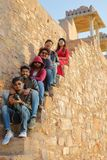 CHITTORGARH, RAJASTHAN, INDIEN - 12. DEZEMBER 2017: Porträt von den jungen indischen Touristen, die Ratan Singh Palace nach innen Stockbilder