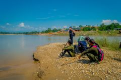 CHITWAN,尼泊尔- 2017年11月03日:享受看法的ther河边界的未认出的游人在Chitwan 免版税库存图片