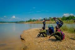 CHITWAN,尼泊尔- 2017年11月03日:享受看法的ther河边界的未认出的游人在Chitwan 图库摄影