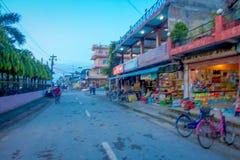 CHITWAN,尼泊尔- 2017年11月03日:关闭与有些自行车的一个商店市场停放在外部在一个村庄接近 库存图片