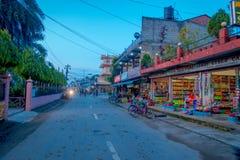 CHITWAN,尼泊尔- 2017年11月03日:关闭与有些自行车的一个商店市场停放在外部在一个村庄接近 库存照片
