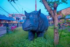 CHITWAN,尼泊尔- 2017年11月03日:关闭犀牛sculputre在镇的中心在接近Chitwan的一个村庄 免版税库存照片