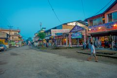 CHITWAN,尼泊尔- 2017年11月03日:走接近一个市场的未认出的人民在接近Chitwan国民的一个村庄 免版税库存图片