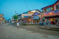 CHITWAN NEPAL, LISTOPAD, - 03, 2017: Niezidentyfikowani ludzie chodzi blisko do rynku w wiosce blisko do Chitwan obywatela Obraz Stock