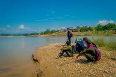 CHITWAN NEPAL, LISTOPAD, - 03, 2017: Niezidentyfikowany turysta w granicie cieszy się widok w Chitwan ther rzeka Obraz Stock