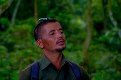 CHITWAN NEPAL, LISTOPAD, - 03, 2017: Portret turystyczny przewdonik mówi turysta o niebezpieczeństwach wśrodku Zdjęcie Stock