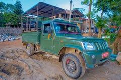 CHITWAN NEPAL, LISTOPAD, - 03, 2017: Zielony samochód parkował czekanie dla turystów dla dżungla safari przy Chitwan parkiem naro Fotografia Royalty Free