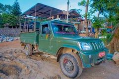 CHITWAN NEPAL, LISTOPAD, - 03, 2017: Zielony samochód parkował czekanie dla turystów dla dżungla safari przy Chitwan parkiem naro Zdjęcia Stock