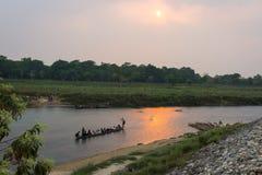 CHITWAN, NEPAL-MARCH 26: Łódkowaty safari 26, 2015 w Chitwan, Nepal Zdjęcia Royalty Free