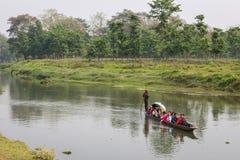 CHITWAN, NEPAL-MARCH 27: Łódkowaty safari 27, 2015 w Chitwan, Nepal Zdjęcie Stock
